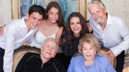 «Гордитесь внучкой?»— Майкла Дугласа приняли задедушку навыпускном дочери