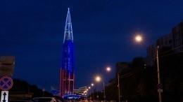 «Лахта-центр» вДень России окрасился вцвета национального флага— видео