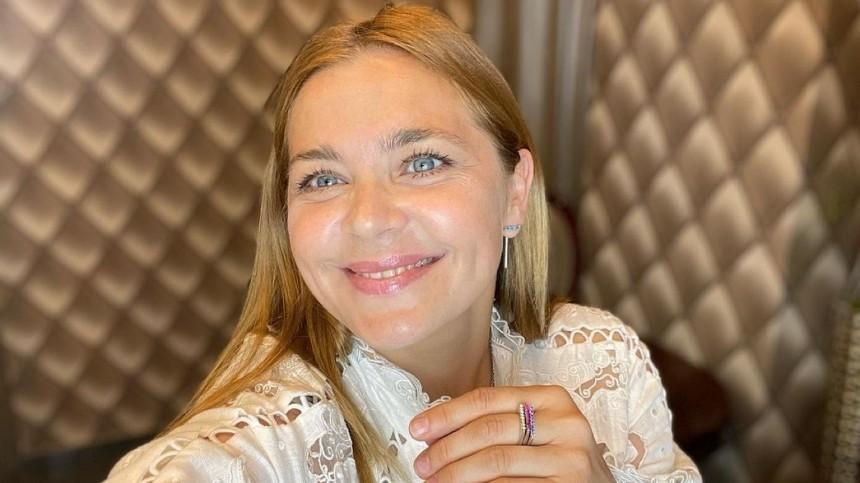 «Вот она— Россия-матушка»: Пегова вплатье срюшами сделала фото насеновале
