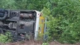 Перевернувшийся с45 пассажирами автобус вЛенобласти попал навидео