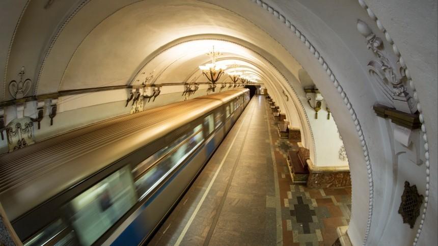 Подросток вметро Москвы зацепился запоезд ипрокатился насамокате— видео
