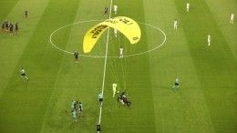 Видео: Экоактивист напарашюте приземлился наполе перед матчем Евро-2020