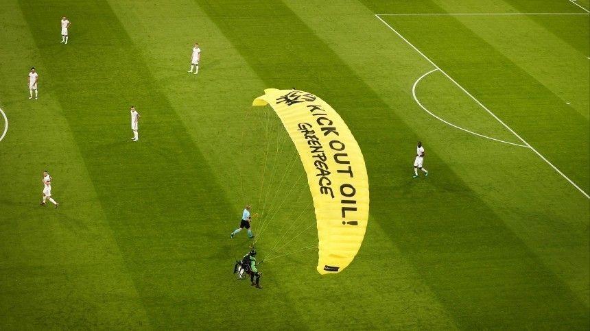 Приземлившемуся наполе вовремя матча Евро-2020 парашютисту грозит уголовный срок