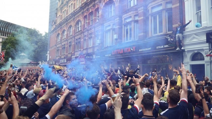 Видео: Фанаты сборных Англии иШотландии устроили массовые беспорядки после матча вЛондоне