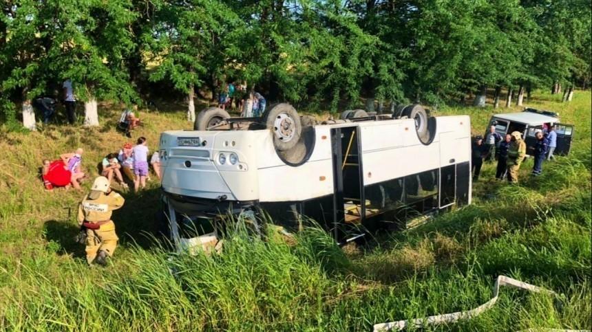 Видео: Рухнувший сдороги автобус спассажирами перевернулся под Краснодаром
