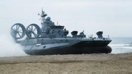 Видео: военный корабль «припарковался» напетербургском пляже