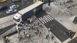 Видео: фура въехала вподземный переход вцентре Москвы