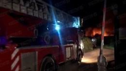 Пожарный поезд иавиацию привлекли ктушению горящего склада под Москвой— видео
