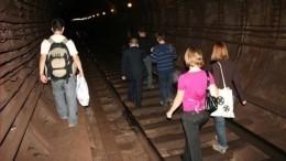«Пойдем до«Фрунзенской»— видео эвакуации пассажиров потоннелю метро Петербурга