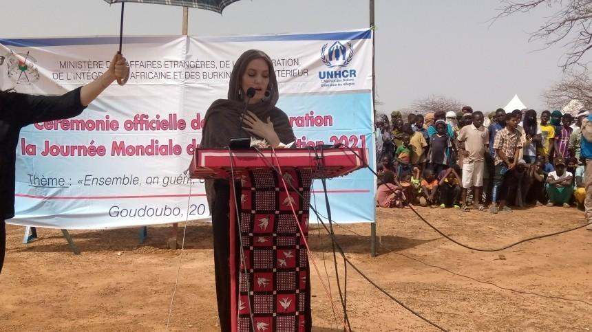 Жест доброй воли: Анджелина Джоли встретилась сбеженцами вЗападной Африке