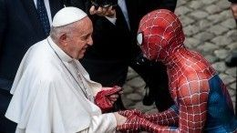 «Человек-паук» пришел нааудиенцию кпапе римскому иподарил ему маску