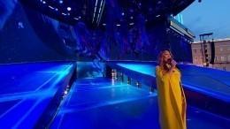 Анита Цой вокружении акробатов выступила налегендарной сцене «Алых парусов»