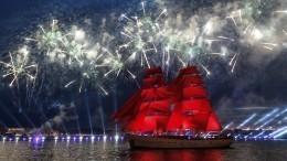 Кульминация праздника: вакватории Невы началось феерическое шоу «Алые паруса»