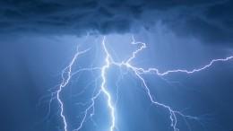 «Похоже, небо рвется»: ночная гроза смолниями устроила световое шоу вПетербурге