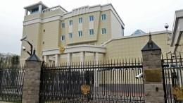 Вворота посольства России вМинске въехал легковой автомобиль