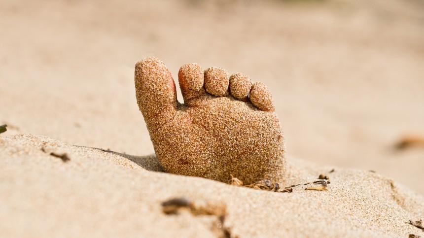 Тело мужчины свставной грудью исережками нашли нанудистском пляже Москвы