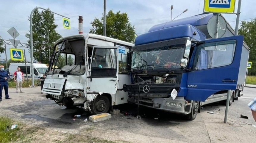 Маршрутка ифура устроили жесткое ДТП под Петербургом, один человек погиб— фото