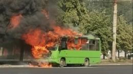 Невыдержал жары: автобус спассажирами загорелся находу вЧелябинске— видео