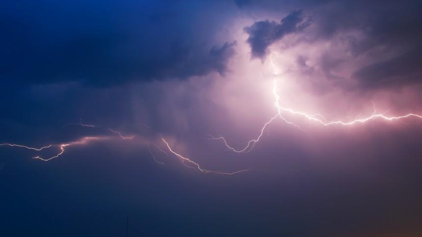 Молния убила двух прятавшихся отдождя вбеседке мужчин под Екатеринбургом