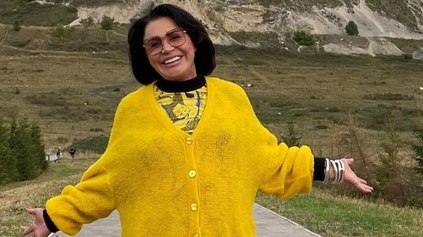 71-летняя Надежда Бабкина водном халатике рассказала, как надо начинать день