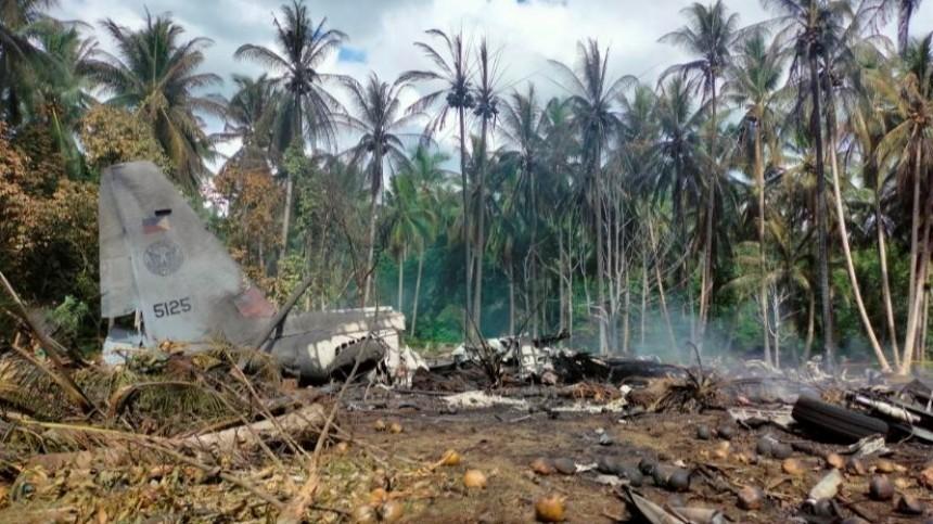 Видео: очевидцы запечатлели момент падения военного самолета наФилиппинах