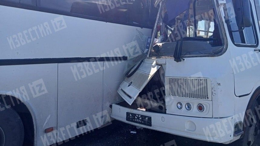 Маршрутка влетела вавтобус вКурске— фото