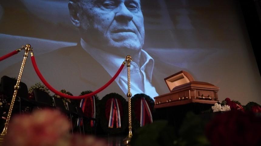Простились: гроб стелом Владимира Меньшова вынесли изДома кино под аплодисменты