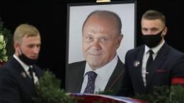 «Все. Все. Все. . .»— Владимира Меньшова похоронили наНоводевичьем кладбище
