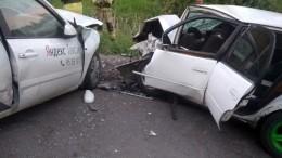 Таксист устроил смертельное ДТП, протаранив автобус илегковое авто— фото