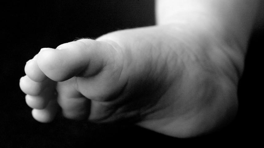 Брат выбросил новорожденную девочку сбалкона седьмого этажа вМоскве