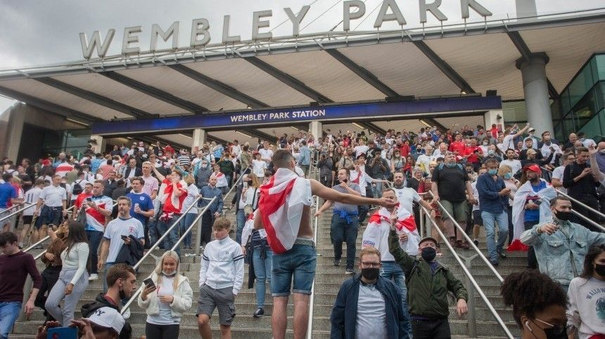 «Английские манеры»: фанаты прорвали ограждения «Уэмбли» перед финалом Евро-2020