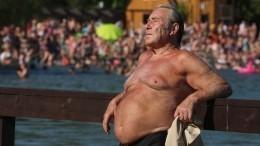 Из-за жары Петербург заполонили люди вкупальниках итоплесс: что имгрозит?