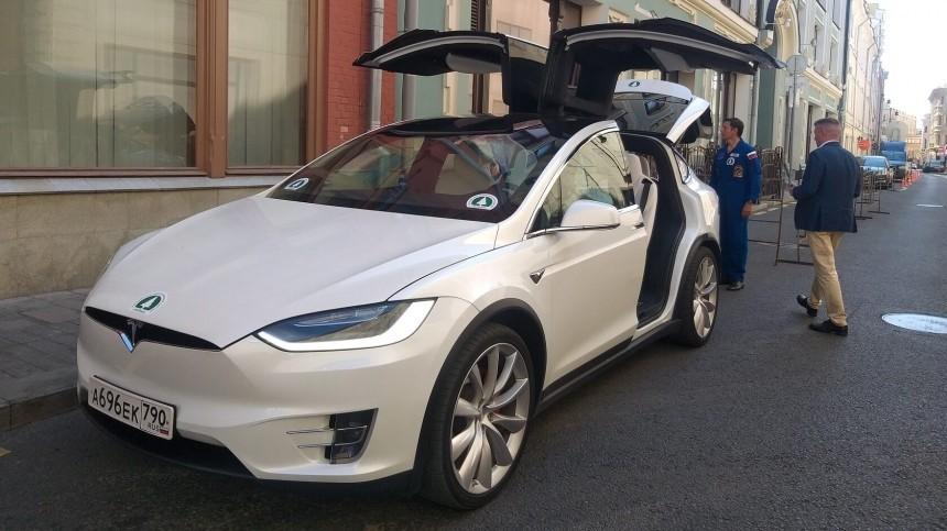 Члены партии «Зеленые» привезли документы вЦИК наэлектромобиле Tesla