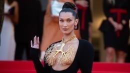 Одинаковые платья, нонегрудь: Рената Литвинова превзошла Беллу Хадид вКаннах