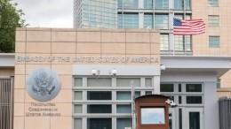 Захарова сообщила окраже железнодорожного указателя сотрудником посольства США