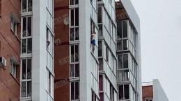 Стоявший воконном проеме на13 этаже житель Иркутска вернул ребенка вквартиру