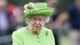 «Выглядит жутко»: Елизавета II высказалась освадебном платье Кейт Миддлтон