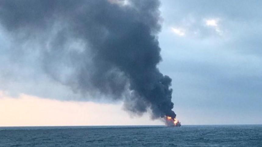 Иракское судно полыхает вводах Персидского залива