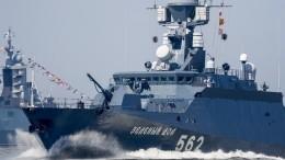 Узкий фарватер— непомеха: тренировка парадного строя коДню ВМФ прошла вПетербурге