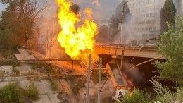 Огненное видео! После падения грузовика смоста нагазовую трубу вСаратове начался мощный пожар