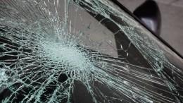 Видео: иномарка взаносе зацепила грузовик ивлетела влегковушку вПетербурге
