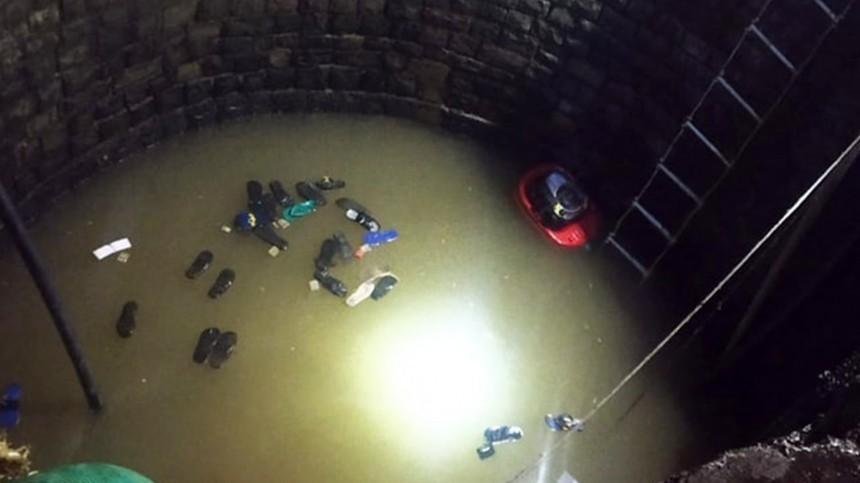 Видео: 40 человек провалились вобрушившийся колодец, доставая изнего подростка