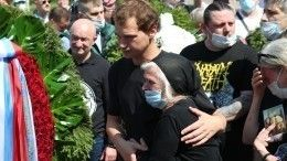 Гроб невлез вмогилу! Петра Мамонова похоронили наВерейском кладбище вПодмосковье
