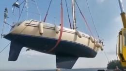Первый спуск неудался: кран потопил яхту вКронштадте