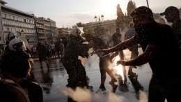 Полиция водометами ислезоточивым газом разогнала митинг против обязательной вакцинации вАфинах