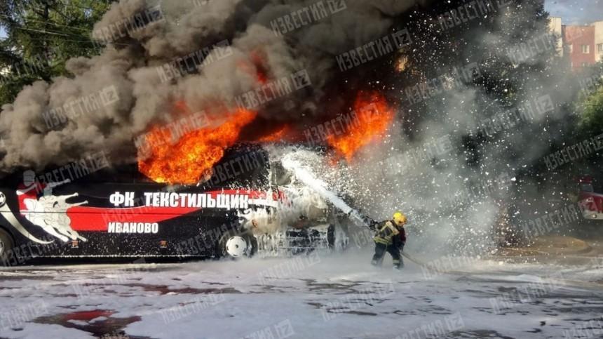 Видео: Перевозивший футбольную команду автобус загорелся воВладимире