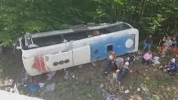 Съехавший вкювет автобус с23 пассажирами наКубани попал навидео
