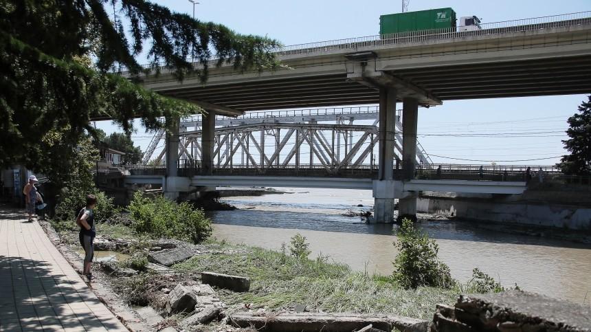 Тела трех пассажиров изснесенной рекой машины обнаружили вСочи
