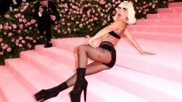 Снова застарое? Леди Гага вышла наулицу вобуви на30-сантиметровых каблуках