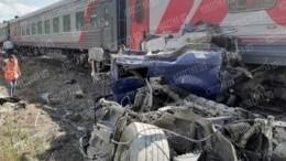 Пассажирский поезд сошел срельсов при столкновении сцементовозом под Калугой